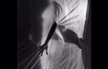 """Ιπποκράτης Μπουγκάς: """"Προτιμώ να αποτυπώσω με την κάμερα ένα """"γήινο"""" καθημερινό σώμα από ότι ένα μοντέλο με τέλειες αναλογίες"""""""
