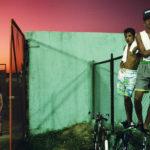 """Alex Webb – """"Φωτογραφίζοντας με χρώμα σε ένα οργανωμένο χάος"""""""
